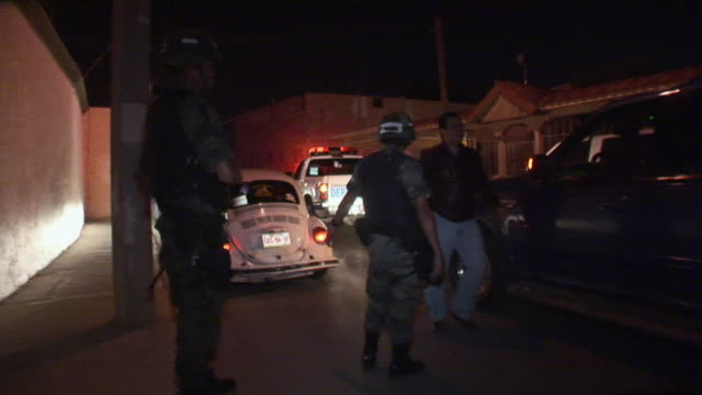 vidéos et rushes de april 3 2009 ws mexican police and military controlling traffic juarez chihuahua mexico audio - armée de terre
