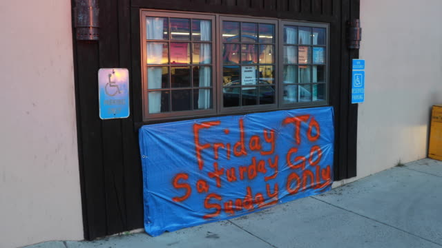 april 3, 2020 - santa fe, new mexico: a sign has information about carryout orders at a cafe/restaurant in santa fe, new mexico, friday, april 3, 2020 - freitag stock-videos und b-roll-filmmaterial