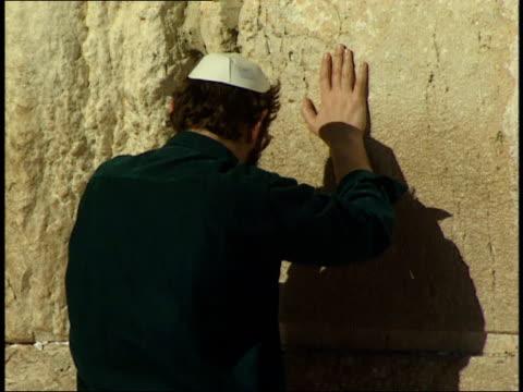 april 30, 1992 jewish worshiper praying at the wailing wall / jerusalem, israel - 信者点の映像素材/bロール