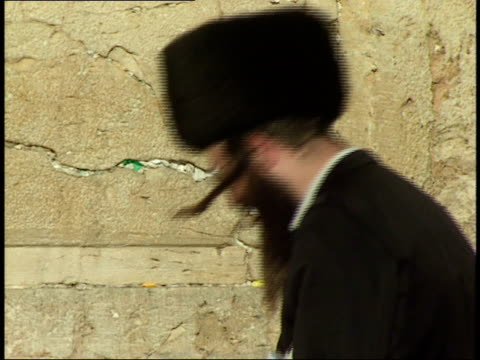 vidéos et rushes de april 30, 1992 jewish worshiper rocking back and forth while praying at the wailing wall / jerusalem, israel - bercement
