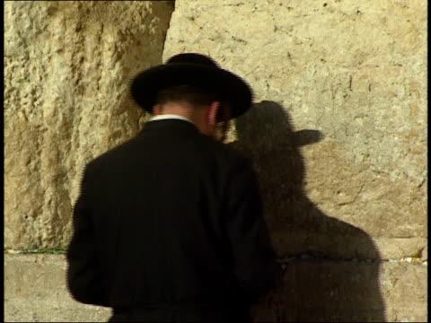 april 30, 1992 jewish worshiper rocking side to side while praying at the wailing wall / jerusalem, israel - dondolarsi video stock e b–roll