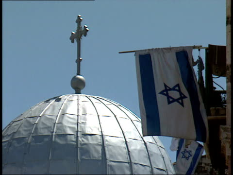april 30, 1992 silver dome of the church of the holy sepulcher, with christian cross and the national flag of israel / jerusalem, israel - ヴィアドロローサ点の映像素材/bロール