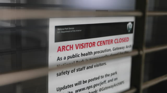 vídeos de stock e filmes b-roll de signs tell visitors the st louis arch is closed during the 2020 covid19/coronavirus national emergency missouri began implementing a stayathomeorder... - jefferson national expansion memorial park