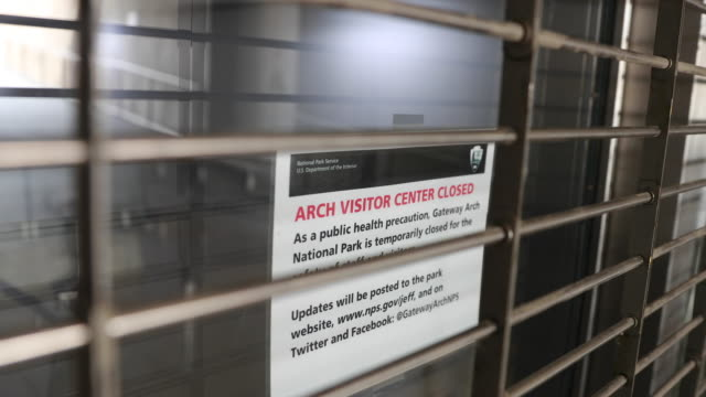 signs tell visitors the st louis arch is closed during the 2020 covid19/coronavirus national emergency missouri began implementing a stayathomeorder... - jefferson national expansion memorial park stock videos & royalty-free footage