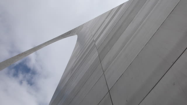 the st louis arch has been closed to visitors during the 2020 covid19/coronavirus national emergency missouri began implementing a stayathomeorder... - jefferson national expansion memorial park stock videos & royalty-free footage