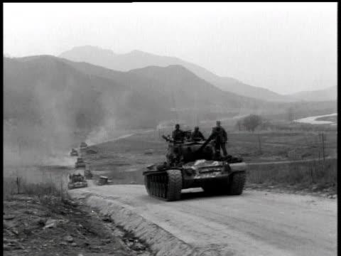 april 7, 1951 soldiers riding on top of moving tank / korea - 1951 bildbanksvideor och videomaterial från bakom kulisserna