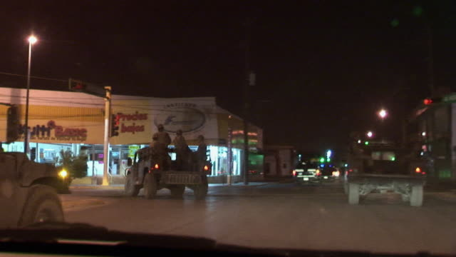 vidéos et rushes de april 7 2009 ws pov mexican military patrolling streets juarez chihuahua mexico audio - armée de terre