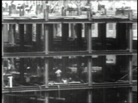 april 8 1930 ws floors being completed at empire state building construction site / new york city new york united states - 1930年点の映像素材/bロール