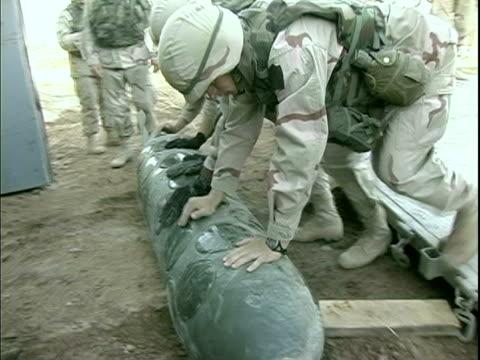vidéos et rushes de april 8 2004 montage soldiers cleaning out hangar, baghdad, iraq, audio - un seul homme d'âge moyen