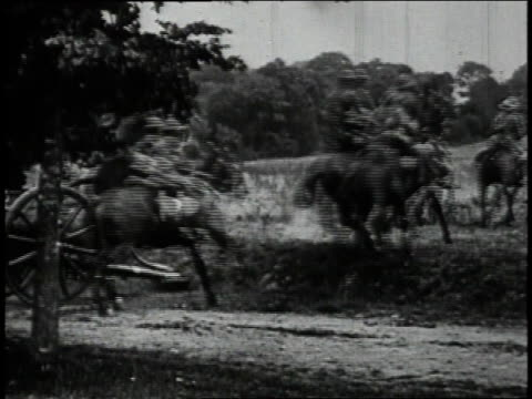 stockvideo's en b-roll-footage met april 9 1915 ws british army rushing reserves to flanders fields galloping with caissons across country / flanders belgium - britse leger