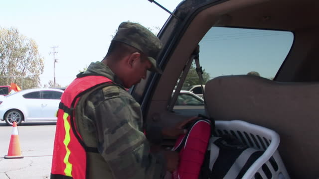 stockvideo's en b-roll-footage met april 9 2009 ms zi td mexican soldiers searching car mexican and us border juarez chihuahua mexico audio - passagiersstoel