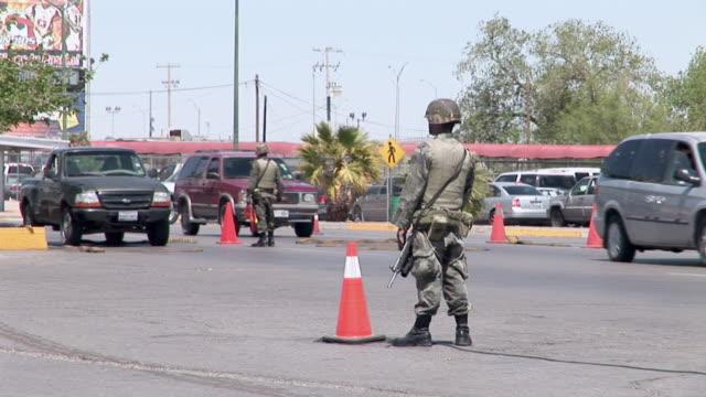 vídeos y material grabado en eventos de stock de april 9 2009 montage mexican soldiers controlling cars at mexican and us border juarez chihuahua mexico audio - encuadre de tres cuartos