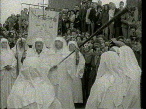 vídeos y material grabado en eventos de stock de april; in 1986 a new law banning people from approaching stonehenge tx 21.6.1960 b/w england: wiltshire: stonehenge: ext druids performing ceremony... - solsticio de verano