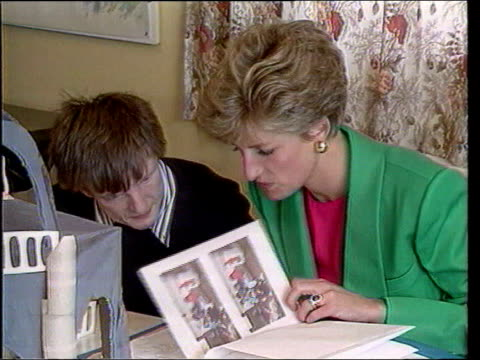 vidéos et rushes de april; in 1991 princess diana spoke out for aids sufferers excerpt from itv programme 'tears of a princess' spl0628 england: int princess diana... - sida
