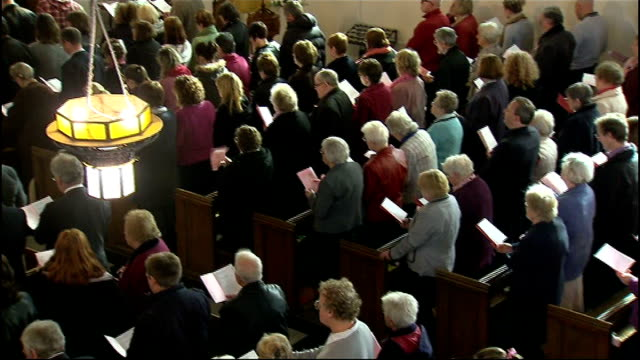 church service held various high angle shots of congregation at memorial service in church - itv weekend lunchtime news点の映像素材/bロール