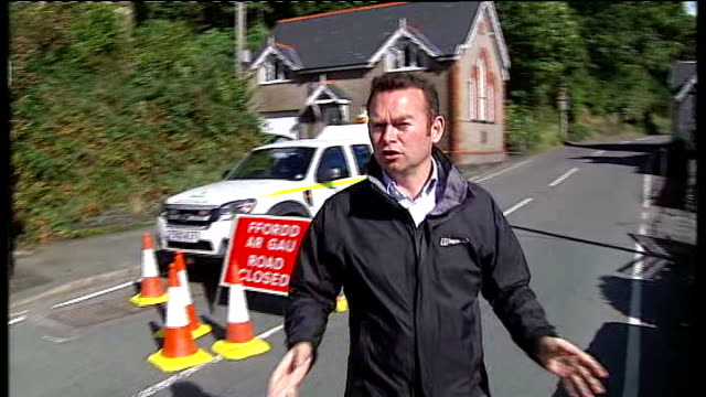 april jones abduction: search continues / mother appeal; 'machynlleth' road sign reporter to camera 'dolgellau' and 'machynlleth' road signs road... - 中央ウェールズ点の映像素材/bロール