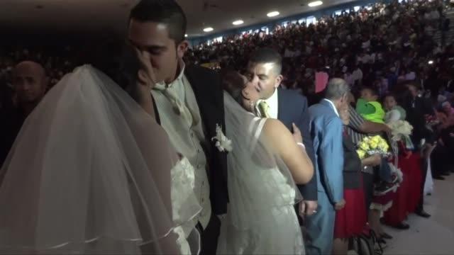 Aprovechando la celebracion del dia de San Valentin parejas dieron el si quiero en bodas multitudinarias celebradas en distintos paises de America...