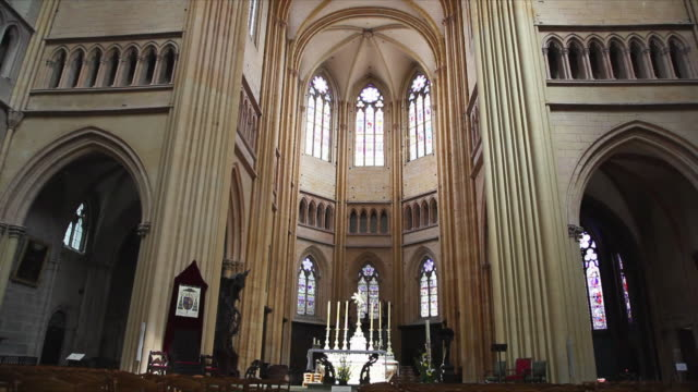 ws tu la apse with altar, stained glass windows and ribbed vaulting in saint-benigne cathedral, dijon, france - apse stock videos & royalty-free footage