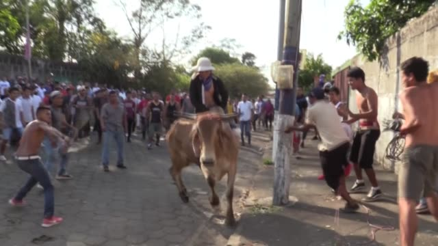 aquí el distanciamiento social no se aplica: una multitud se reunió en el municipio de san marcos, en nicaragua, para las fiestas patronales anuales - multitud stock videos & royalty-free footage