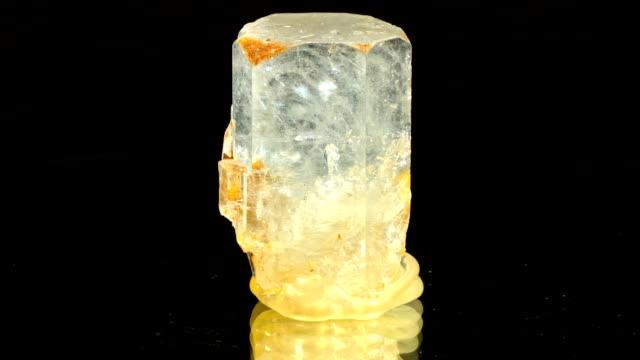 vídeos y material grabado en eventos de stock de aquamarin giratorio negro - cristal estructura física