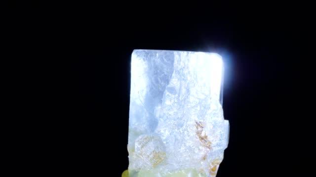 vídeos de stock e filmes b-roll de aquamarine turning on black - gema semipreciosa