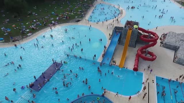 vídeos de stock e filmes b-roll de aquapark - escorrega de água