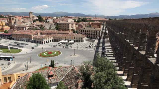 aqueduct (acueducto de segovia), artillery square (plaza de la artilleria), segovia, spain - segovia stock videos & royalty-free footage