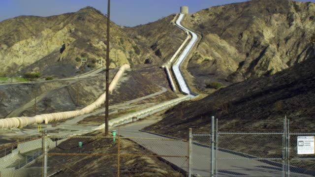vídeos y material grabado en eventos de stock de ws, aqueduct in mountain landscape, sylmar, california, usa - aqueduct