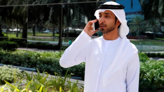 vídeos de stock e filmes b-roll de arab empresário no telefone - olhar de lado