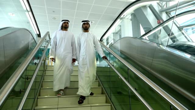 アラブのビジネスマンの伝統的な洋服ドバイの地下鉄駅 - istockalypse点の映像素材/bロール
