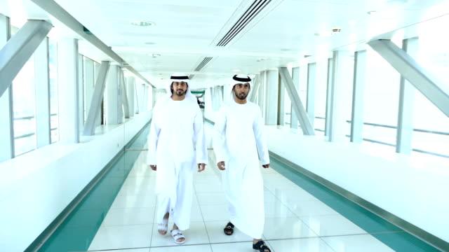arabische geschäftsleute in traditioneller kleidung – dubai u-bahn-station - saudi arabien stock-videos und b-roll-filmmaterial