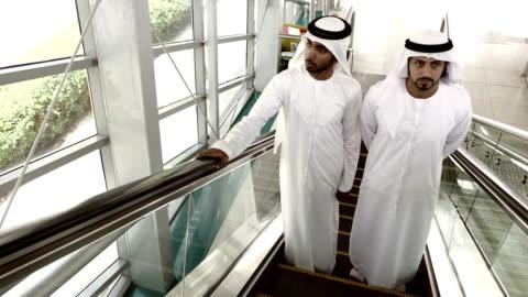vídeos y material grabado en eventos de stock de empresarios en ropa tradicional árabe de dubai estación de metro - metro transporte