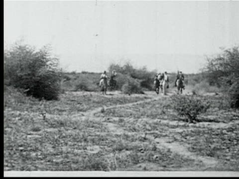 arab horsemen w/ rifles gallop towards camera - anno 1925 video stock e b–roll