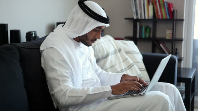 arabische mann online-shopping - vereinigte arabische emirate stock-videos und b-roll-filmmaterial
