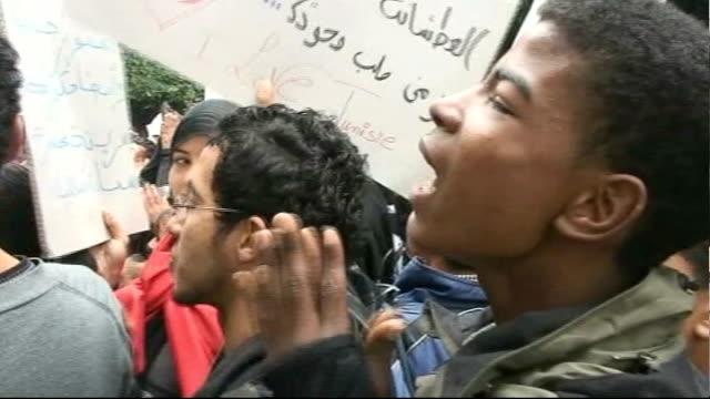 vídeos de stock, filmes e b-roll de role of political cartoons / khalid albaih exhibition 2822011 / t28021123 tunisia tunis ext antigovernment protesters chanting in street - arab spring