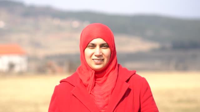 vidéos et rushes de arab woman in countryside - vidéo portrait