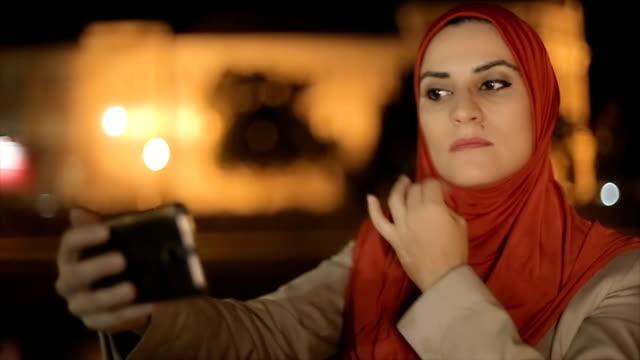 vidéos et rushes de femme arabe prend selfie - islam