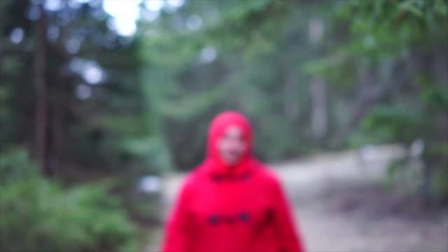 vidéos et rushes de arab woman walking in forest - vidéo portrait