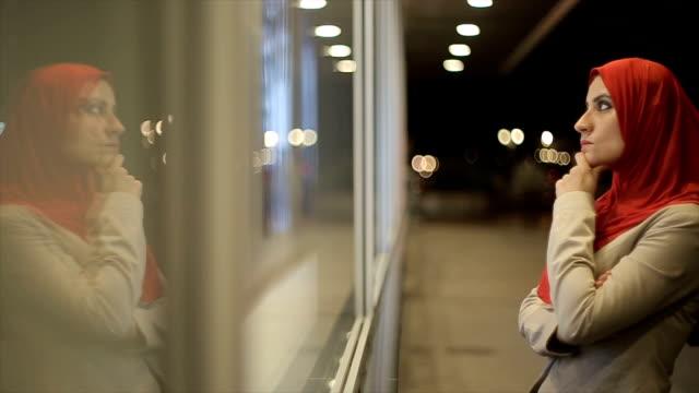 arabische frau uhren im schaufenster - erwachsener über 30 stock-videos und b-roll-filmmaterial
