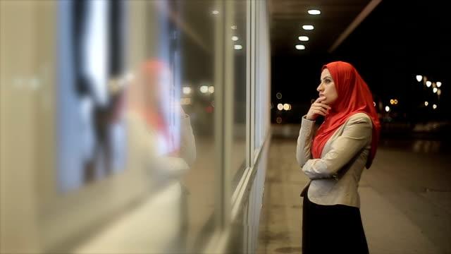 vídeos de stock, filmes e b-roll de mulher árabe relógios na vitrine - vestuário modesto