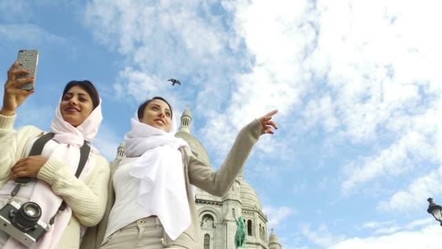 stockvideo's en b-roll-footage met arabische jeugd in parijs-midden-oosten millennials - eastern european culture
