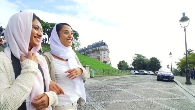 die arabische jugend in paris - nahöstlichen millennials - tourist stock-videos und b-roll-filmmaterial