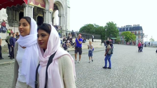 vídeos de stock, filmes e b-roll de juventude árabe em paris - oriente médio millennials - vestuário modesto