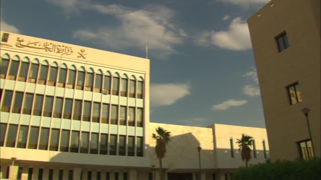 vídeos y material grabado en eventos de stock de arabic and english writing identifies the ministry of haj building in saudi arabia. - edificio gubernamental