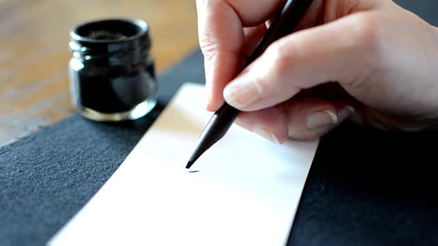 die arabische kalligrafie: schreiben sie die buchstaben meem - arabic script stock-videos und b-roll-filmmaterial