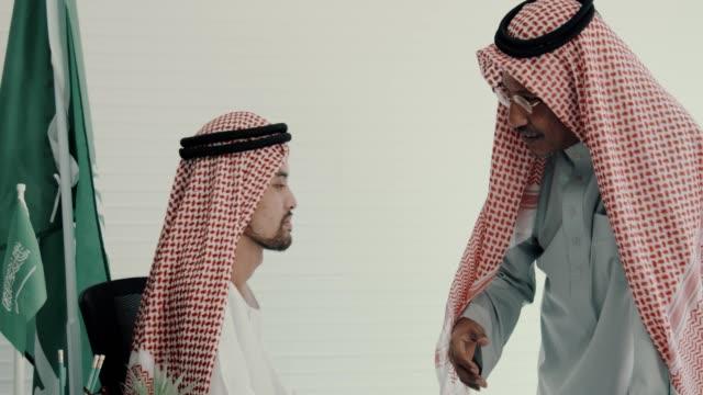 arabische mitte-ost-geschäftsmann-diskussion im büro - kopfbedeckung stock-videos und b-roll-filmmaterial