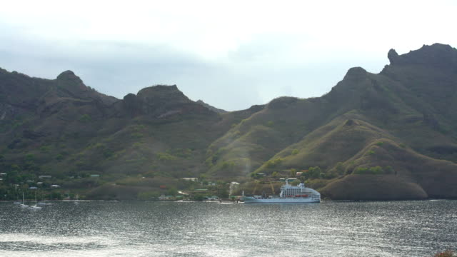 aranui cargo cruise ship marquesas taiohae nuku hiva - polynesischer abstammung stock-videos und b-roll-filmmaterial