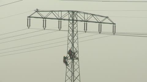 arbeiten an einem hochspannungsmast - high voltage sign stock videos & royalty-free footage