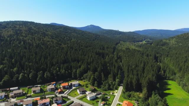 vídeos de stock, filmes e b-roll de região de arber na floresta bávara, visto da aldeia de regenhuette - floresta da bavária