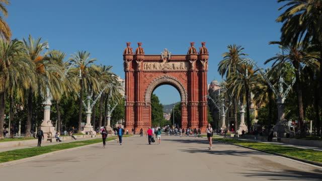 vidéos et rushes de arc de triomf de barcelona, barcelona, spain - arc élément architectural